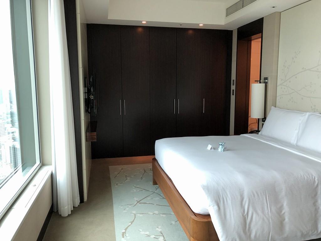 コンラッド東京のエグゼクティブベイビュースイートのベッドルーム1