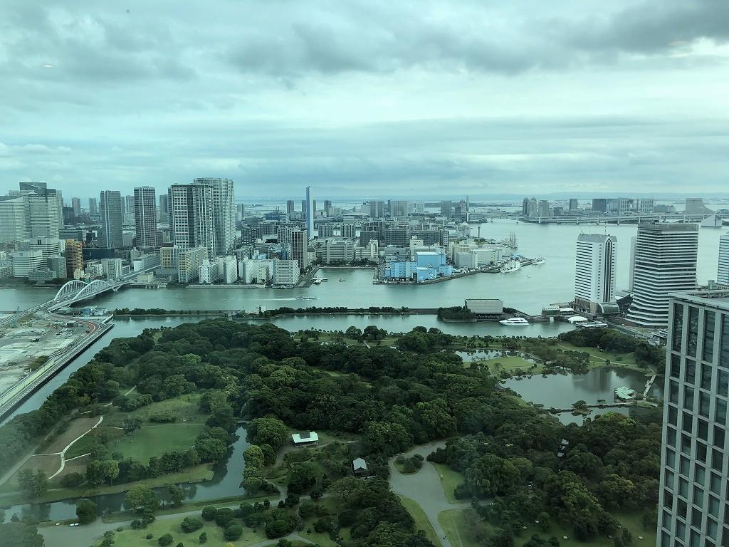 コンラッド東京のエグゼクティブベイビュースイートのリビングルームからの浜離宮、隅田川、東京湾を望む眺め