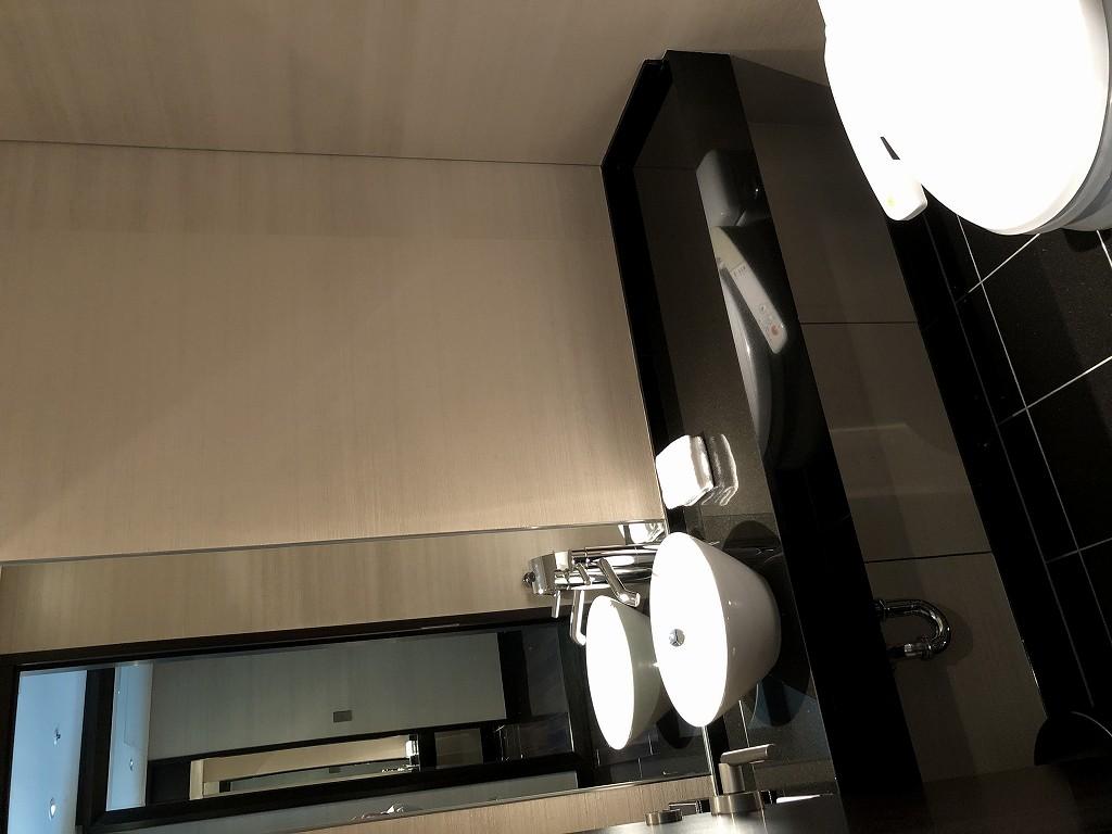コンラッド東京のエグゼクティブベイビュースイートのリビングルームのトイレ