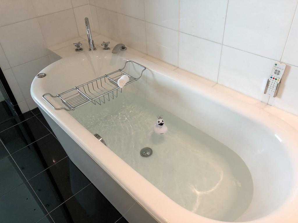 コンラッド東京「エグゼクティブベイビュースイートキング」のお風呂1