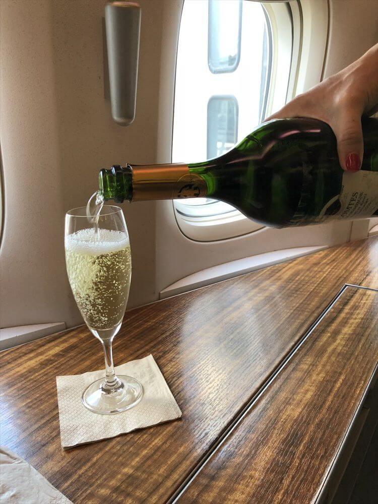 CX548便ファーストクラスのシャンパン