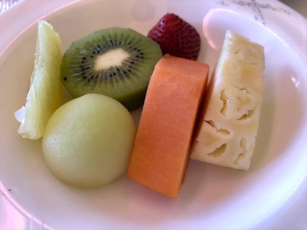 CX548便ファーストクラスの機内食のフルーツ