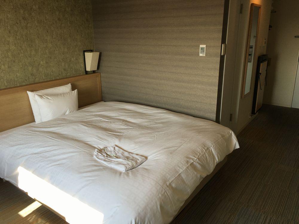 ダイワロイネットホテル高松モデレートルームベッド側
