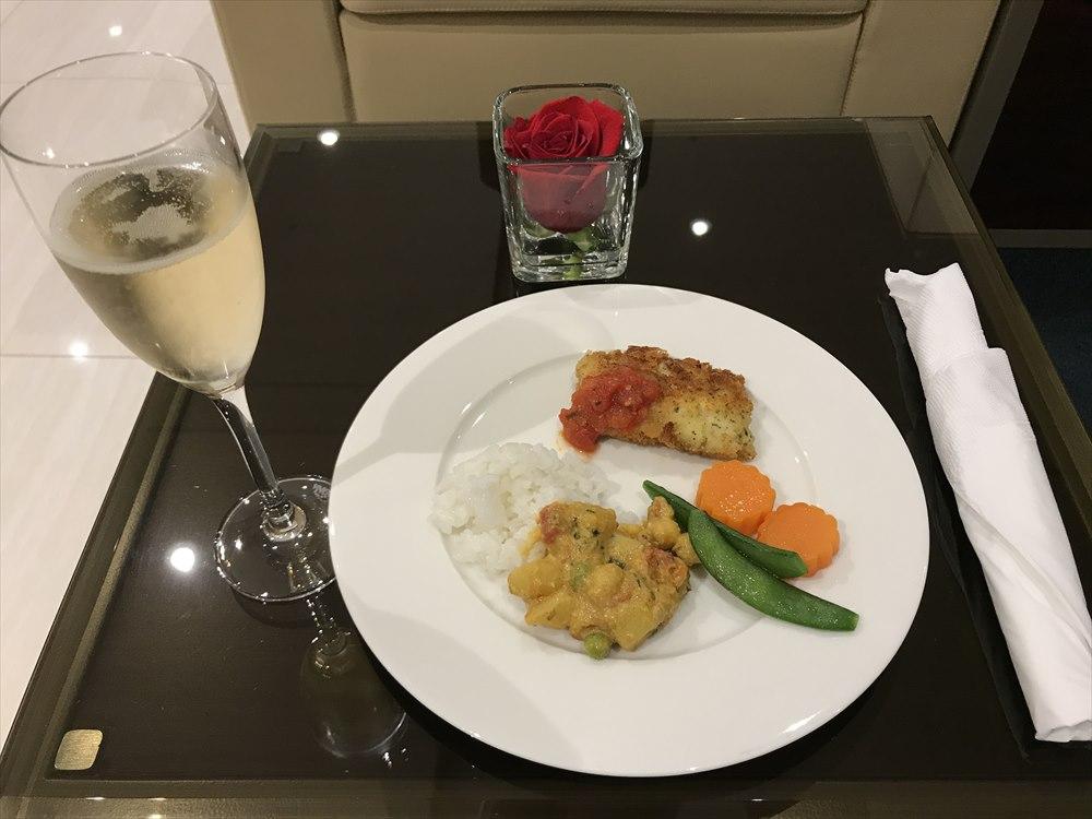 成田空港のエミレーツラウンジの食事1
