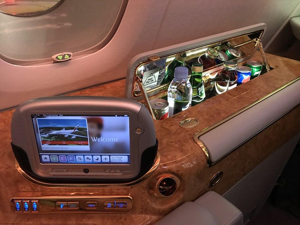 エミレーツ航空エアバスA380のファーストクラス座席のタブレット