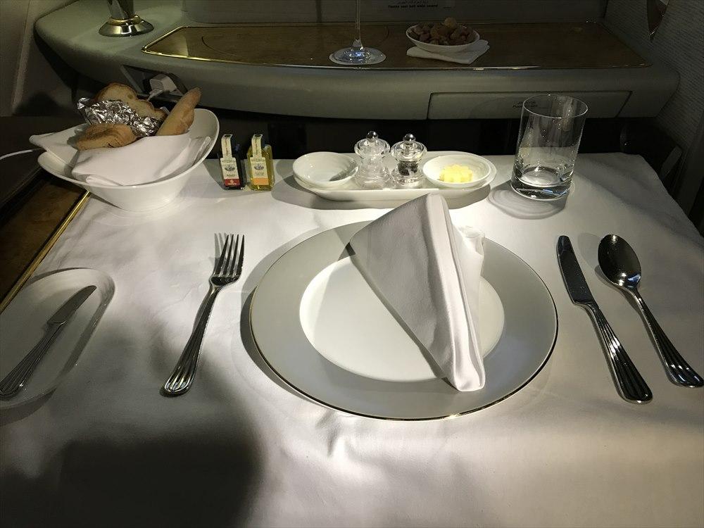 エミレーツ航空エアバスA380のファーストクラスの機内食