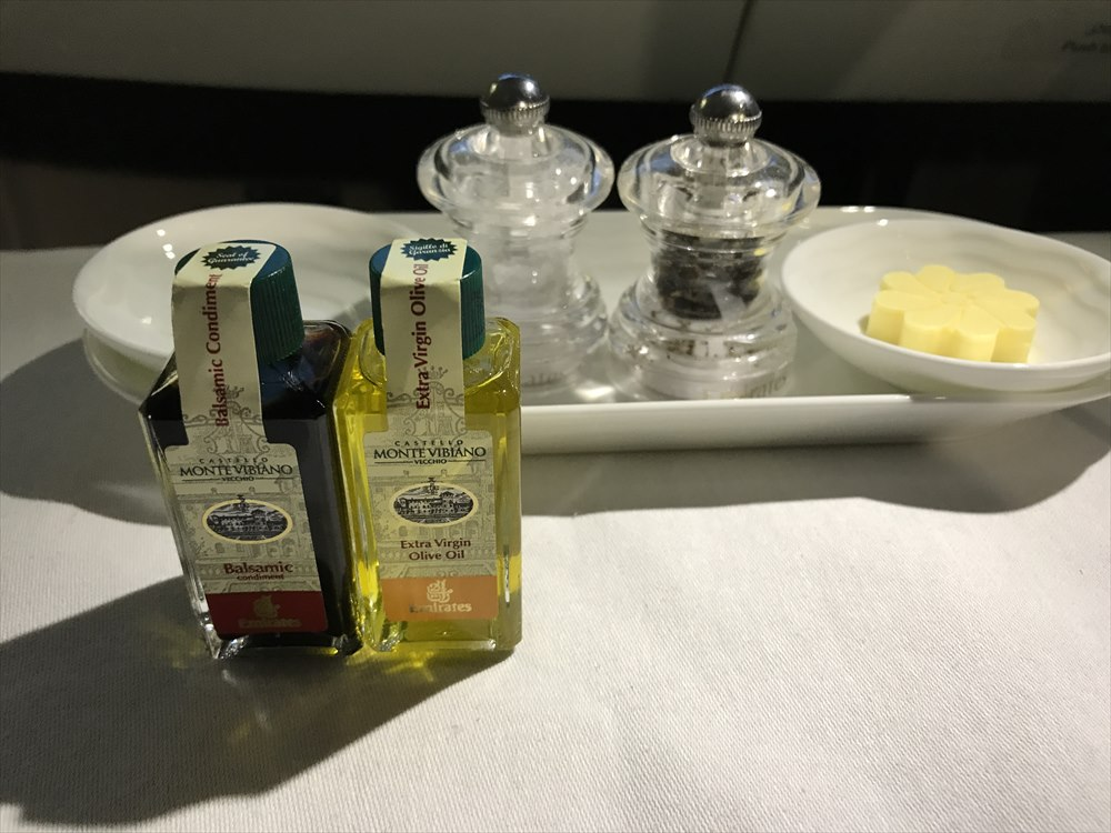 エミレーツ航空エアバスA380のファーストクラスの機内食のバター