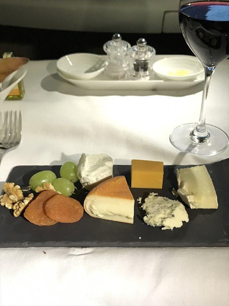 エミレーツ航空エアバスA380のファーストクラスのチーズ