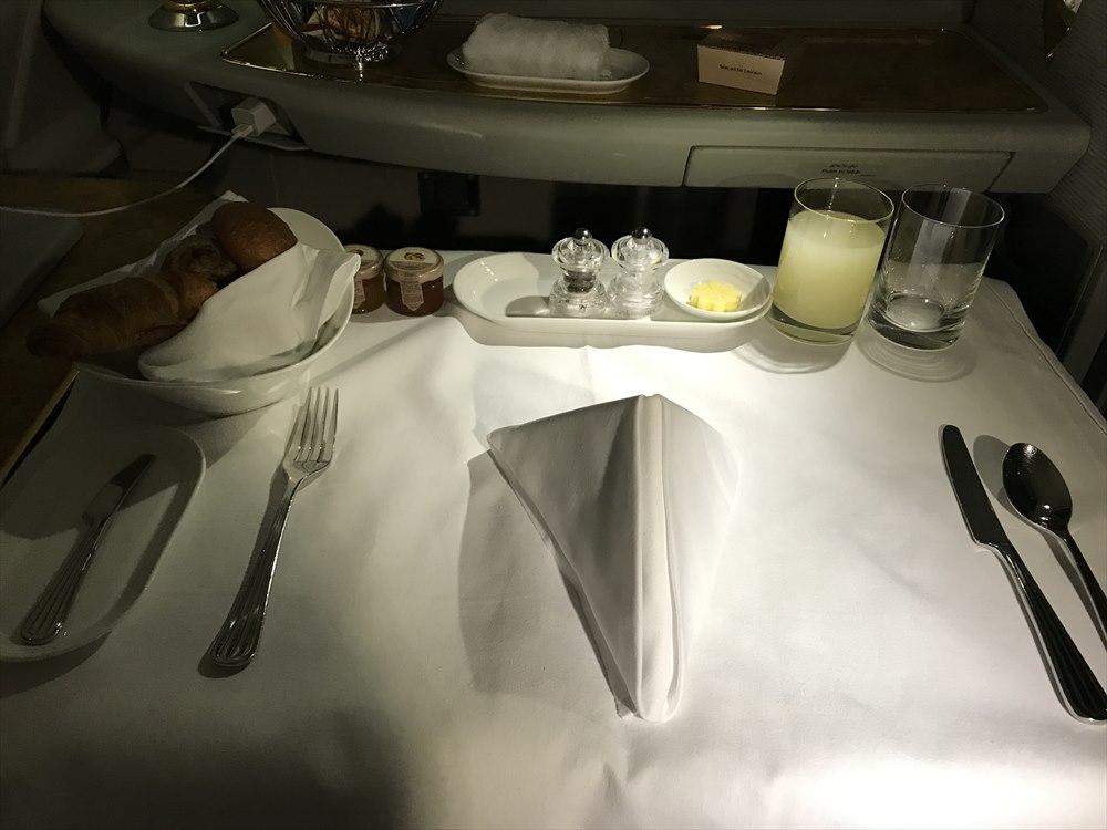 エミレーツ航空エアバスA380のファーストクラスの朝食の準備