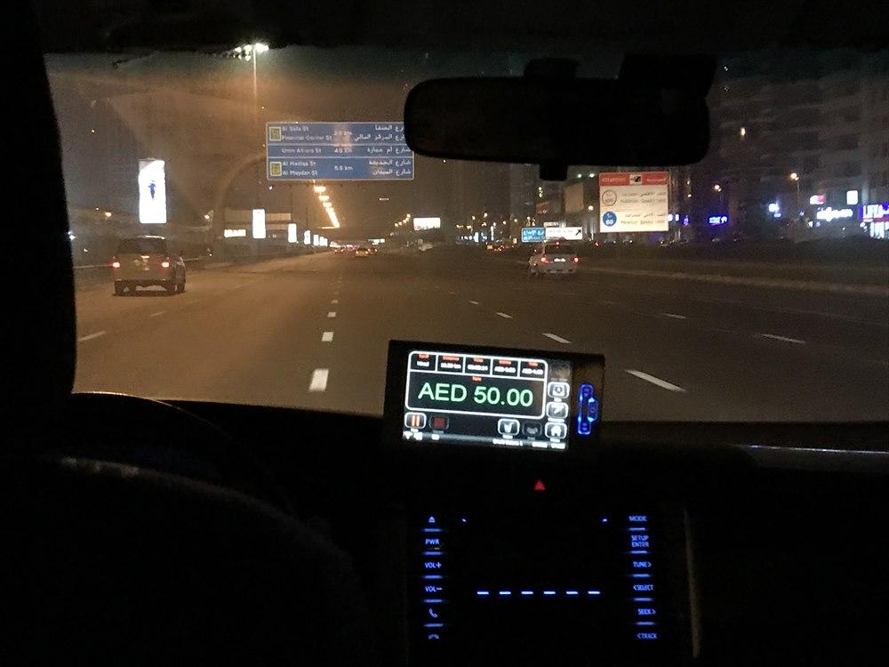 ドバイの高速道路を飛ばすタクシー