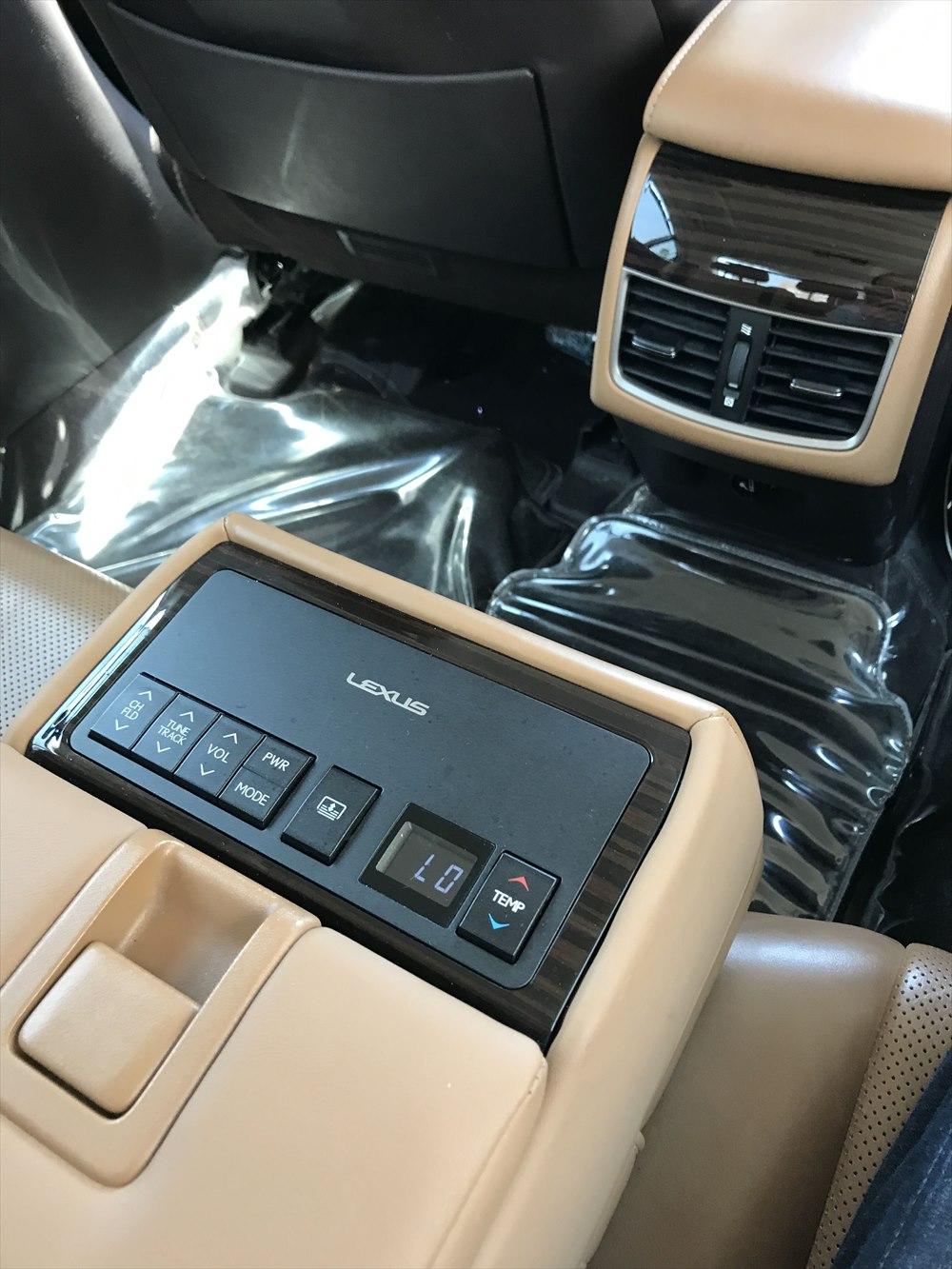ドバイのUberのレクサスの車内