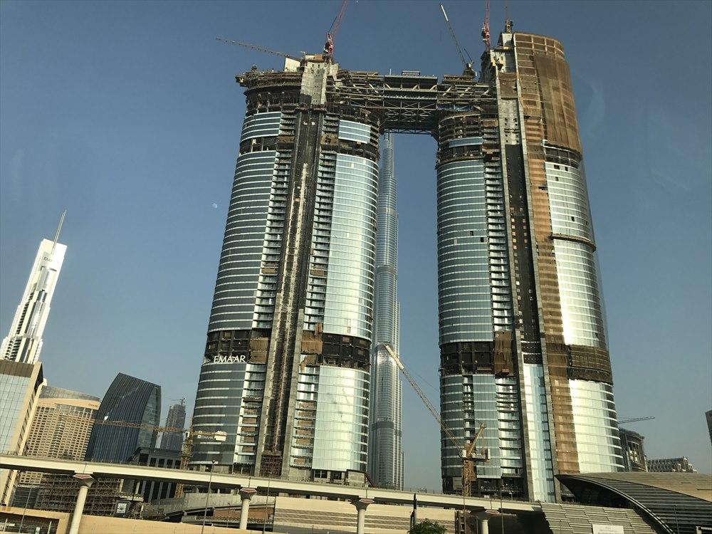 ドバイの建設中か解体中の高層ビル