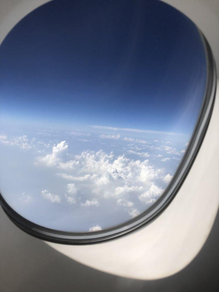 エミレーツEK318便のファーストクラスの機窓