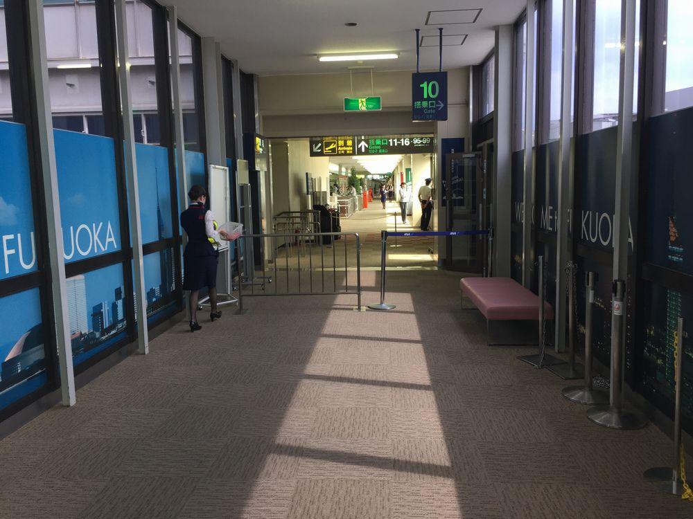 福岡空港第2ターミナルと第1ターミナルの連絡通路画像