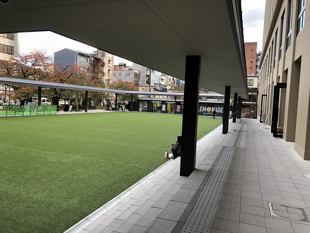 THE GATE HOTEL 京都高瀬川 by HULICの芝生エリア2