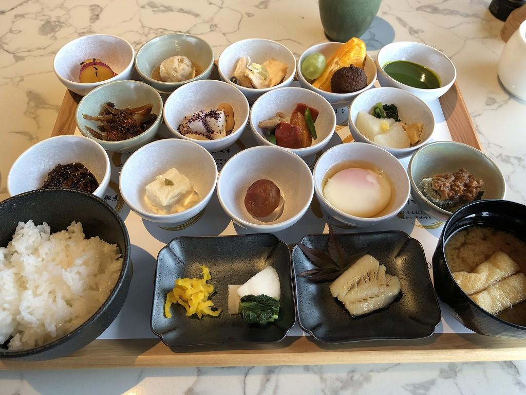 THE GATE HOTEL 京都高瀬川 by HULICのANCHOR KYOTOの和食の朝食