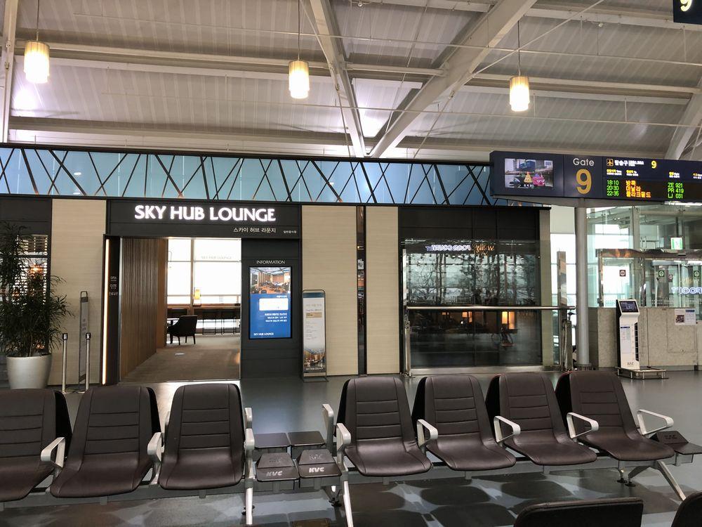 金海空港のSKY HUB LOUNGEの入口