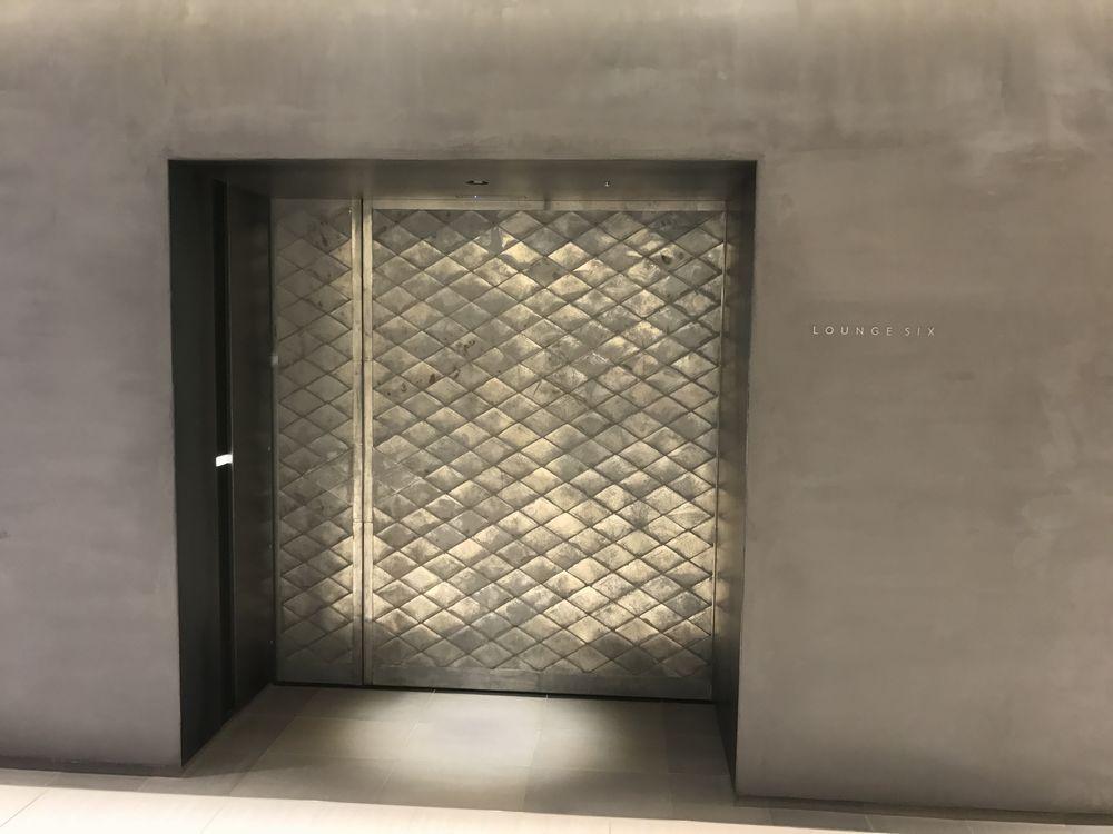 SIX LOUNGEの入口