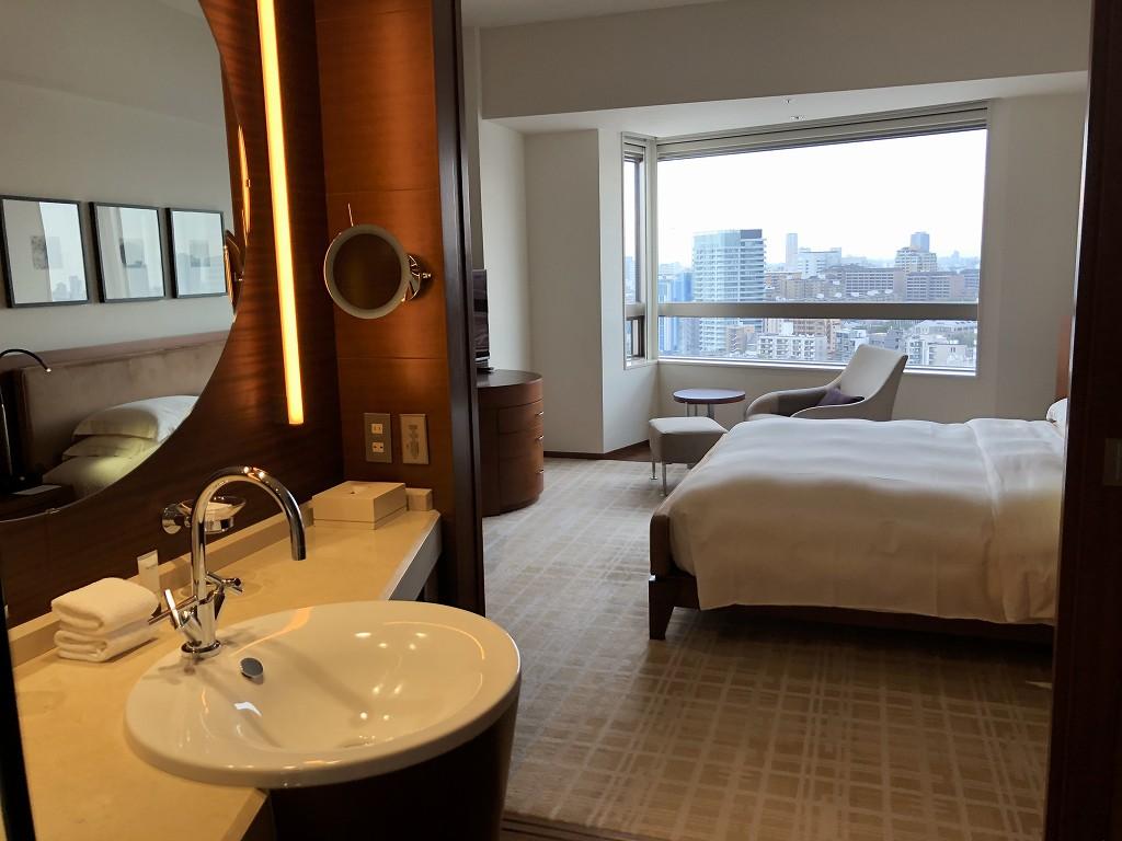 グランドハイアット東京の「クラブキングルーム」のバスルームから部屋
