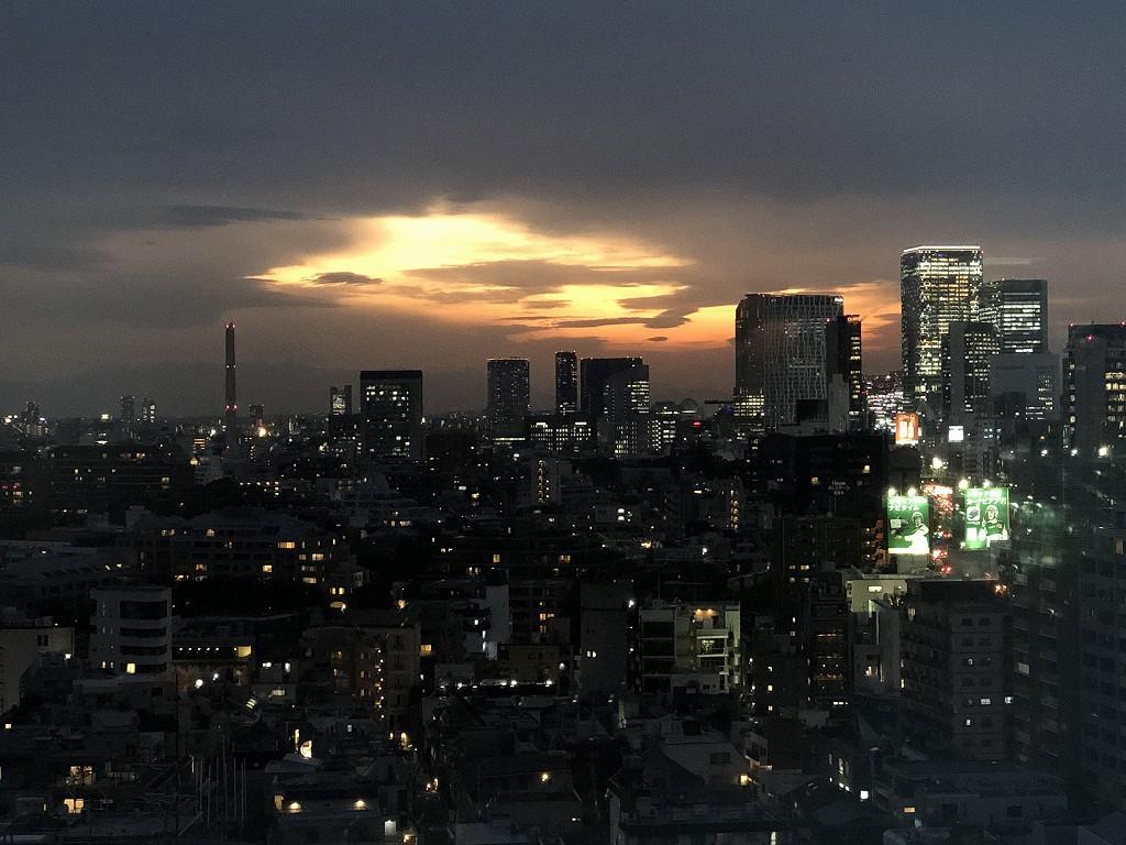 グランドハイアット東京の「クラブキングルーム」からの夕焼け