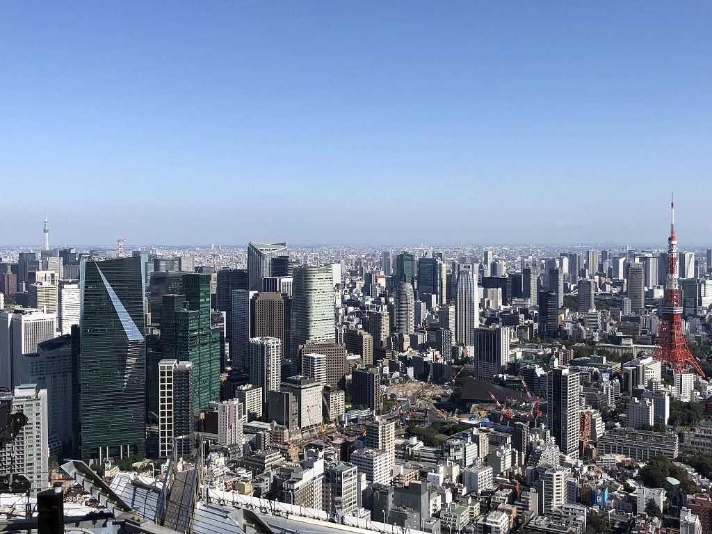 六本木ヒルズ展望台から東京タワーと森ビルの高層ビル
