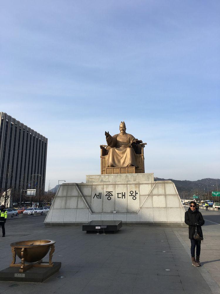 光化門広場の世宗大王の銅像