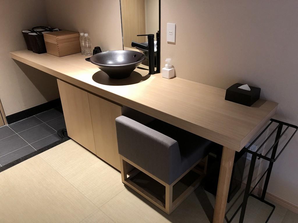 由縁 新宿のセミダブルルームの机
