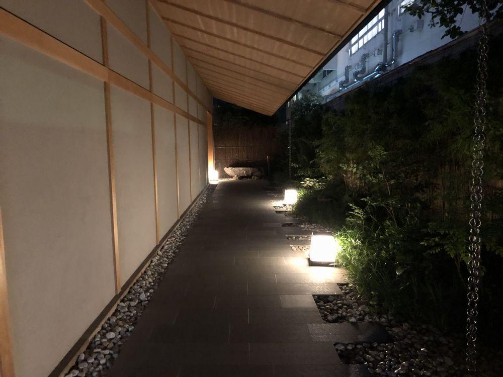 由縁 新宿の夜のアプローチ