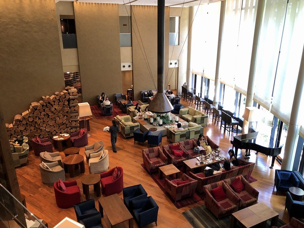 ハイアットリージェンシー箱根リゾート&スパのロビーラウンジ「リビングルーム」(上から)