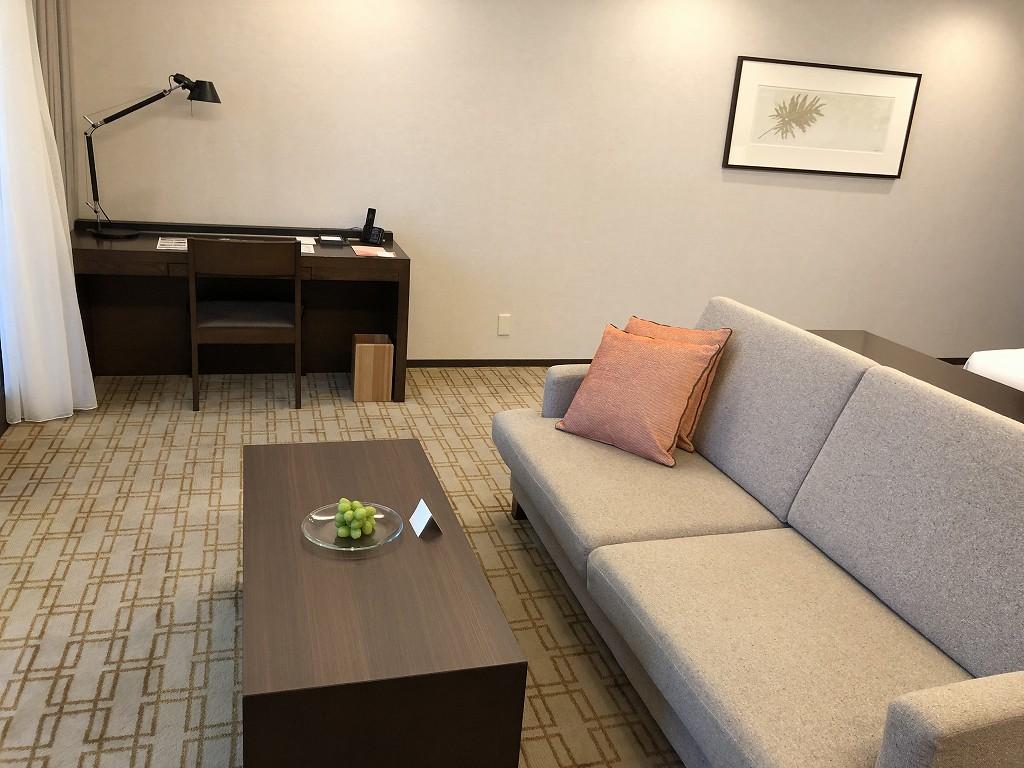 ハイアットリージェンシー箱根リゾート&スパのデラックスツインルームのソファと机