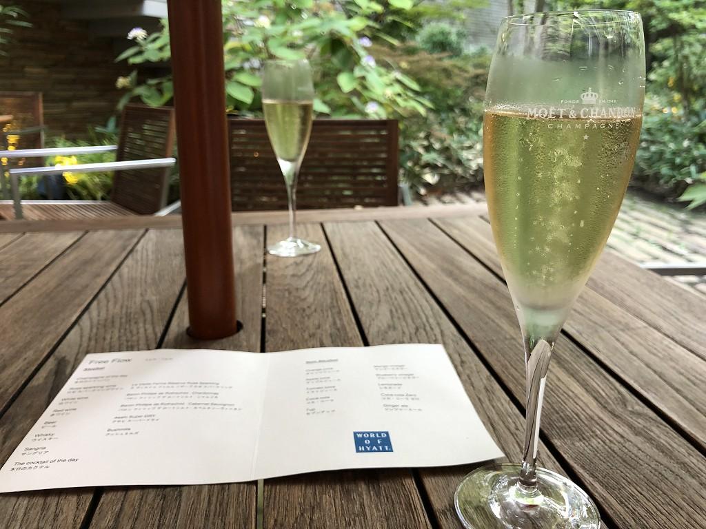 ハイアットリージェンシー箱根リゾート&スパの中庭でシャンパン