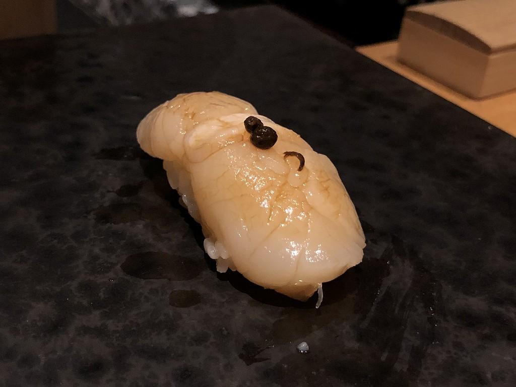 ハイアットリージェンシー箱根リゾート&スパのダイニングルーム鮨のホタテ