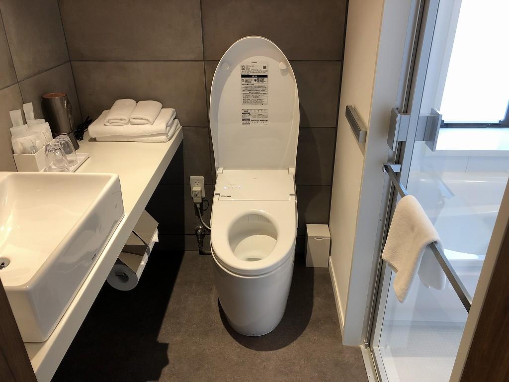 HAMACHO HOTEL TOKYOのコーナーダブルルームのトイレ