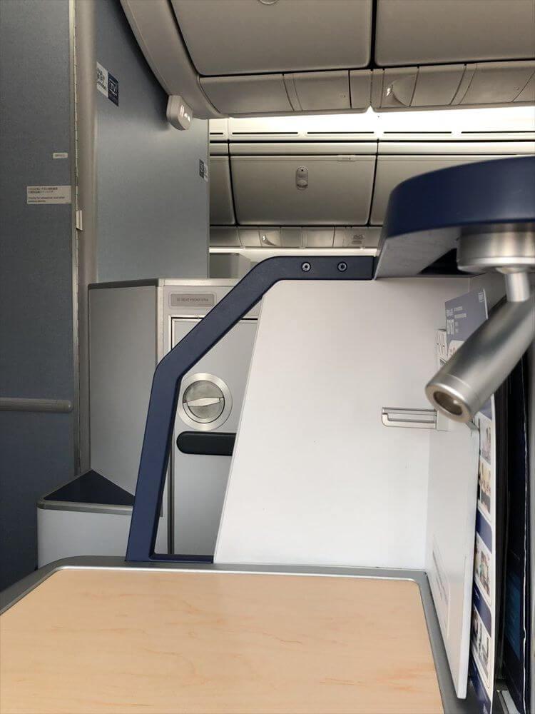 ANA857便(羽田-ハノイ)ビジネスクラスの1A座席の右側