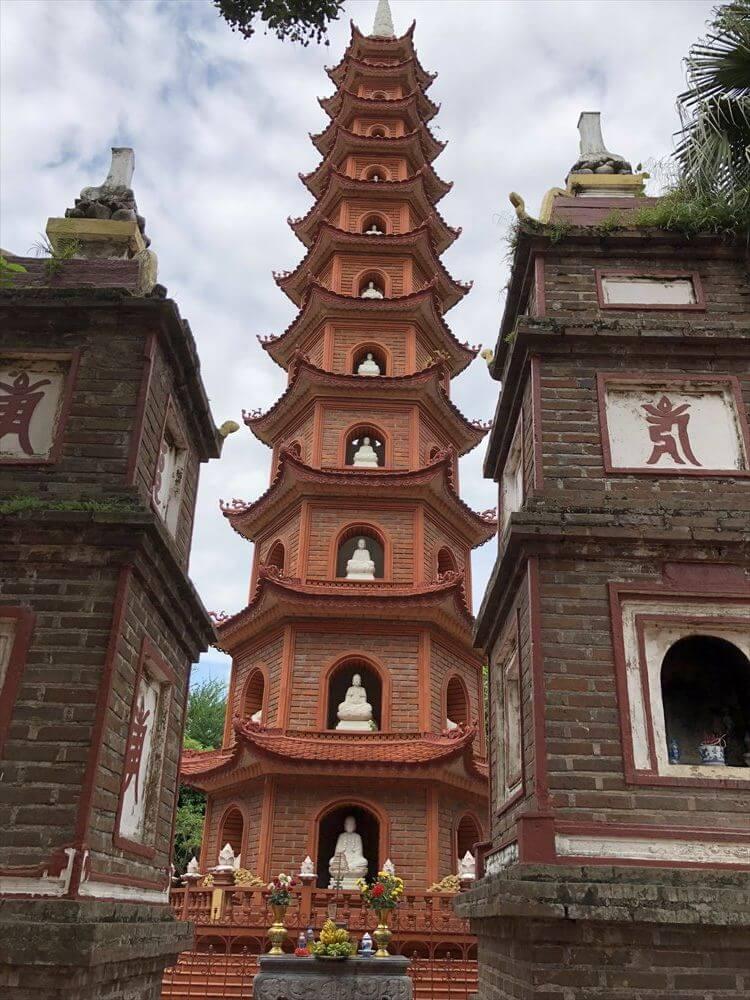 ハノイの鎮国寺の仏塔1