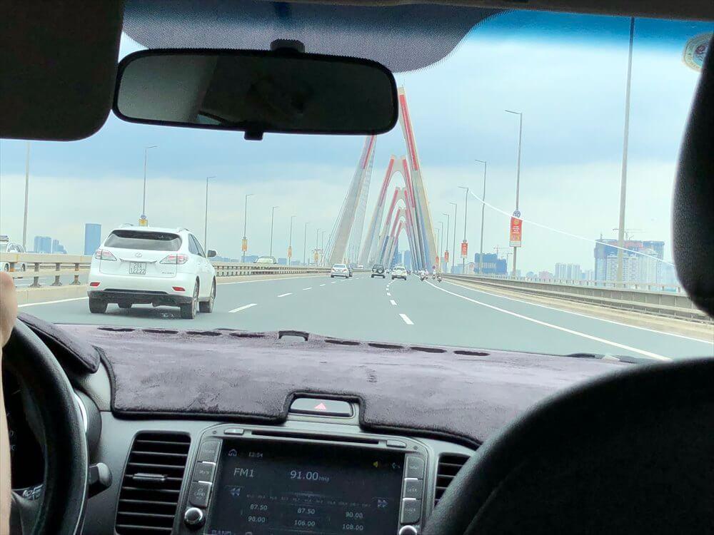 ノイバイ空港からの高速道路