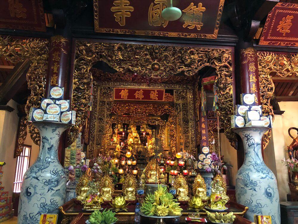 ハノイの鎮国寺の仏壇