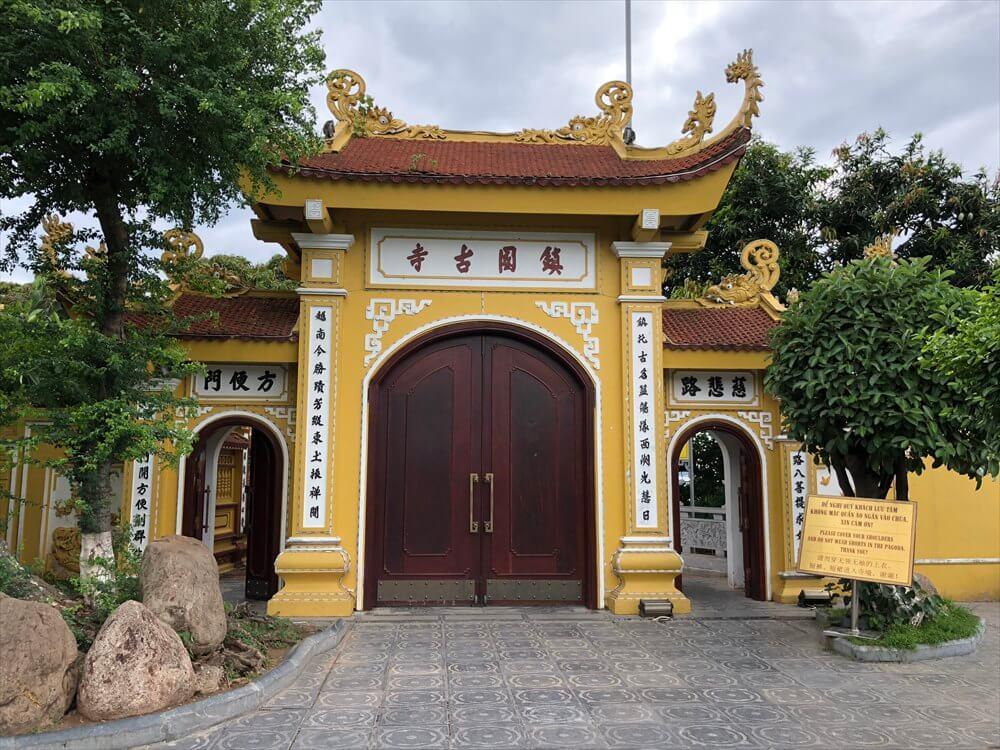 ハノイの鎮国寺の入り口2