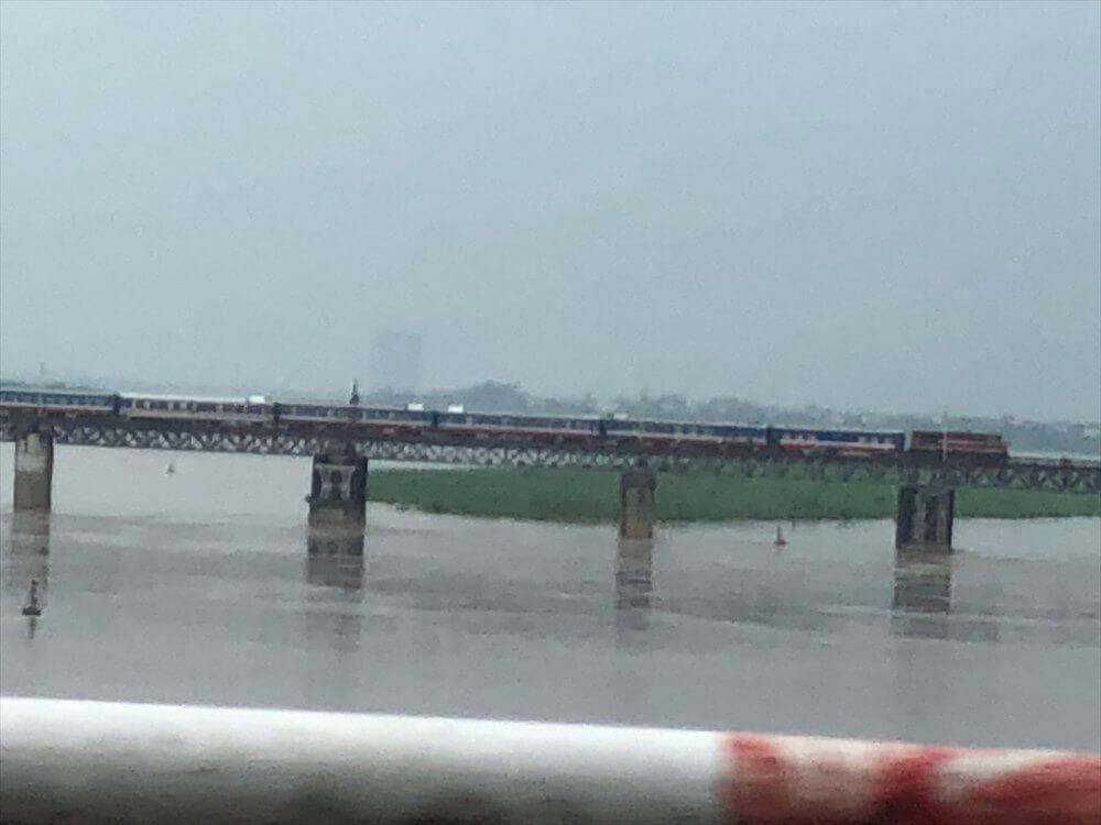 ロンビエン橋を渡る電車