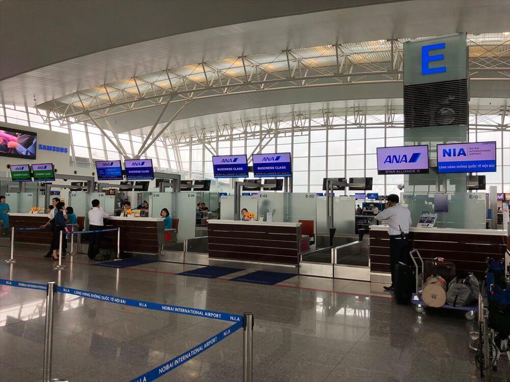 ノイバイ国際空港のANAのカウンター