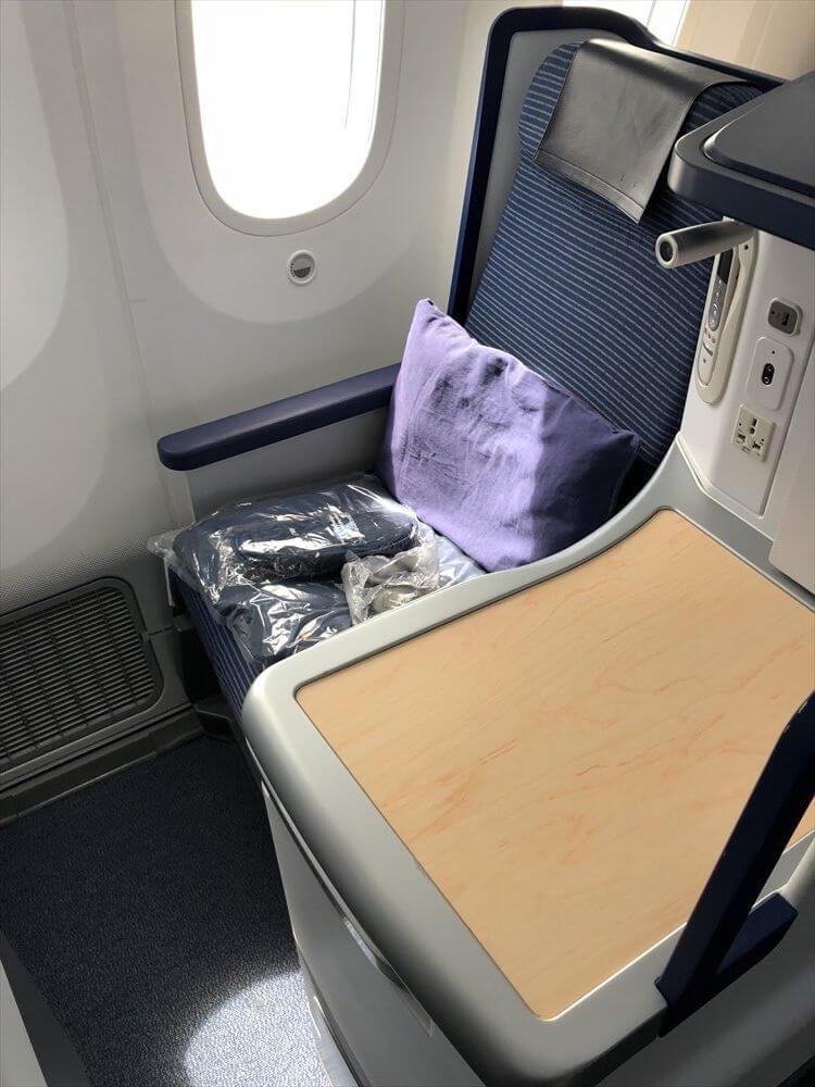 ANA858便ビジネスクラスの4K座席