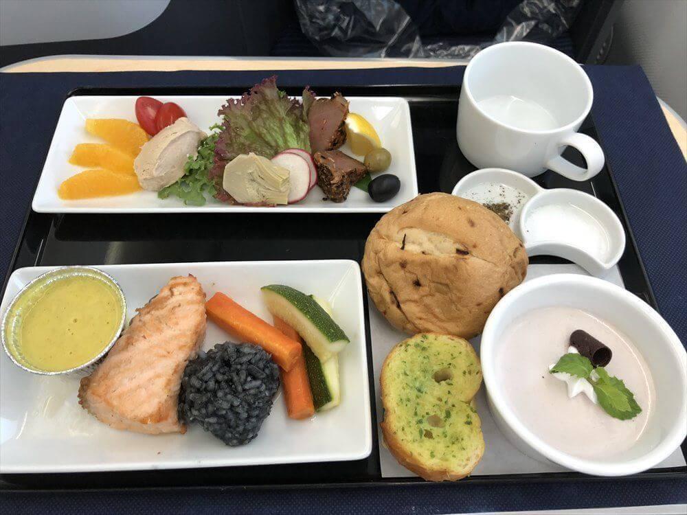 ANA858便ビジネスクラスの機内食1