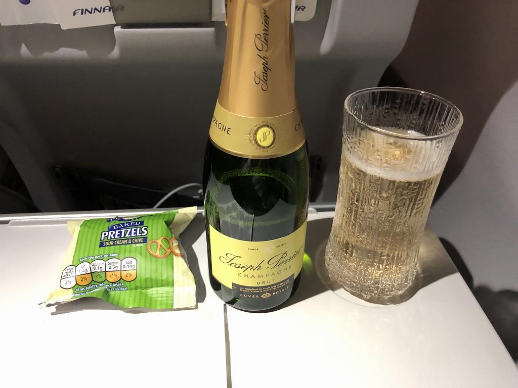 フィンエアーAY1652便のビジネスクラスのシャンパン