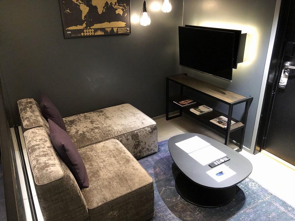 ヘルシンキ・クラウスKホテルのPassion Miniのソファとテレビ