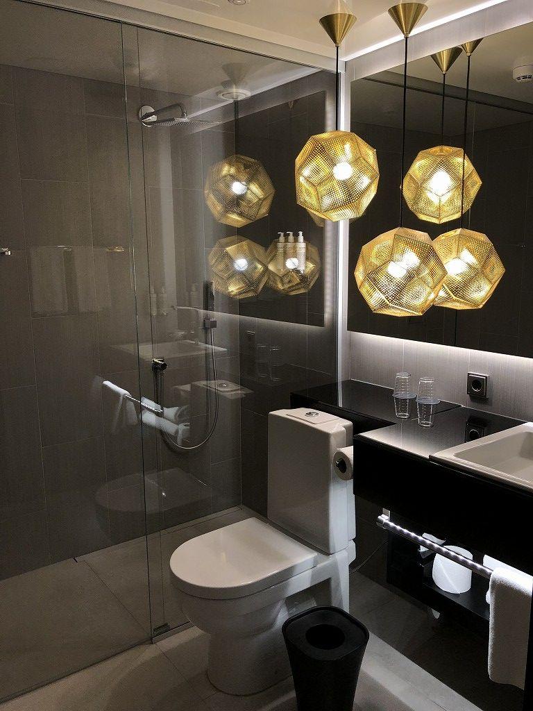 ヘルシンキ・クラウスKホテルのPassion Miniのトイレとシャワールーム
