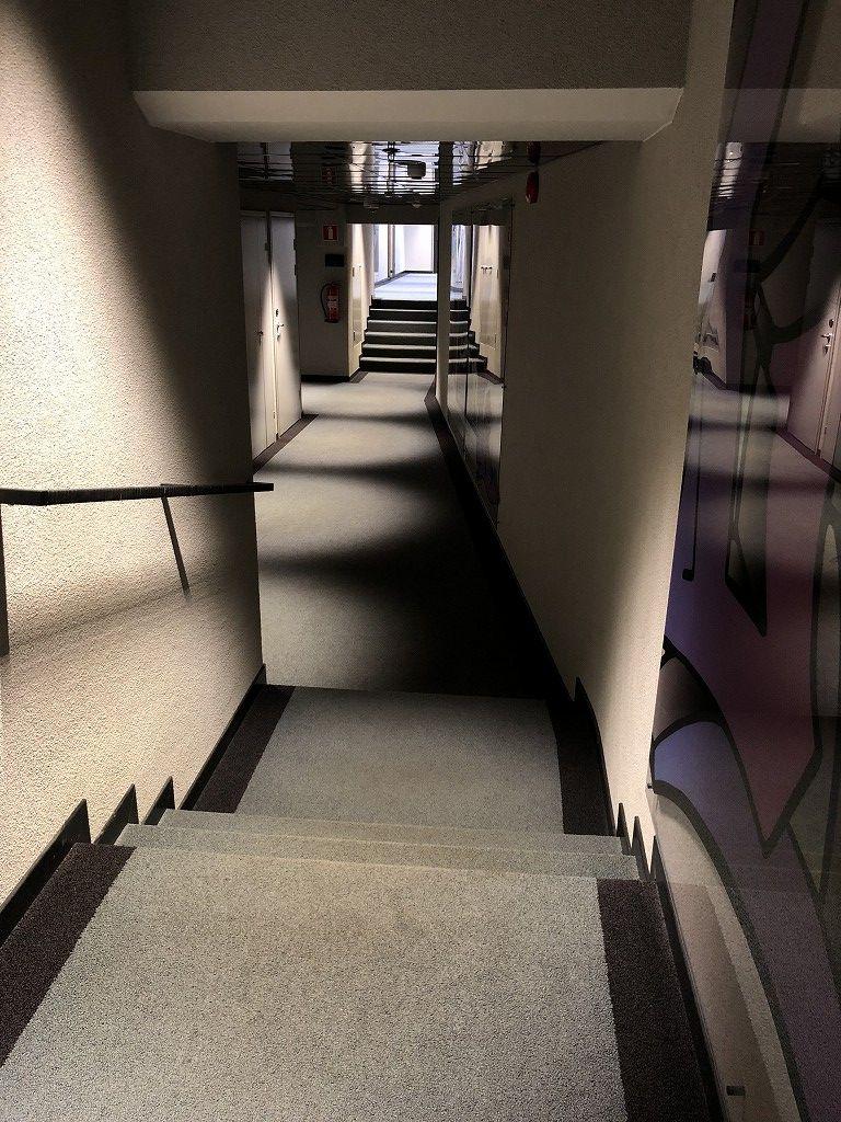 ヘルシンキ・クラウスKホテルの段差のある廊下