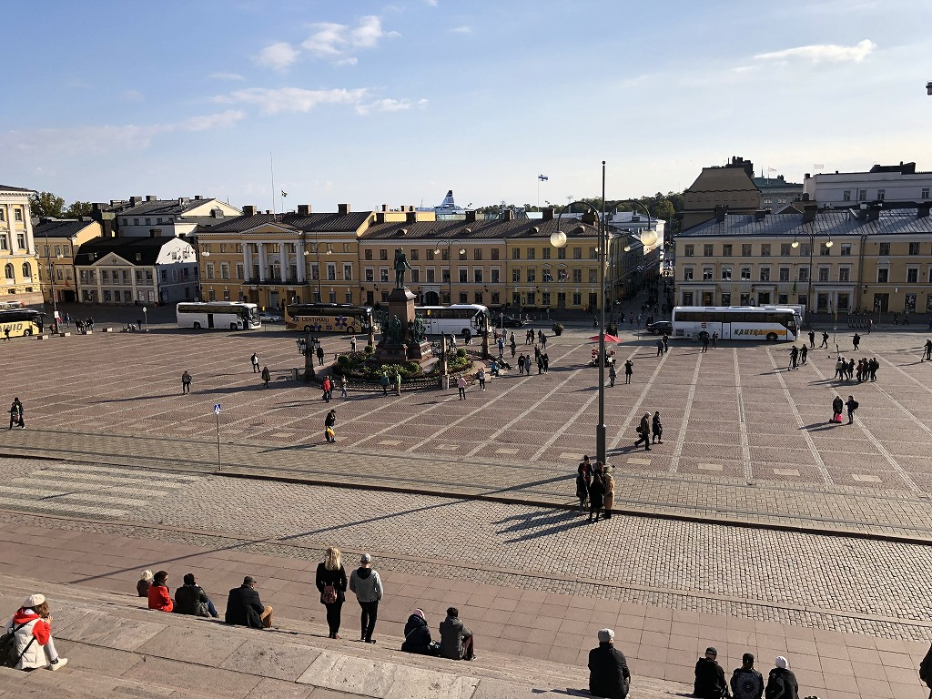 ヘルシンキ大聖堂から元老院広場を望む