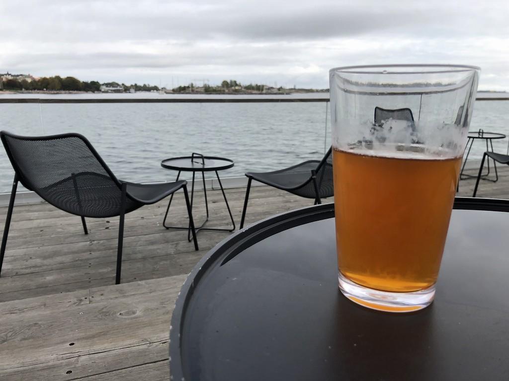 ヘルシンキのサウナ「ロウリュ」のテラスでビール