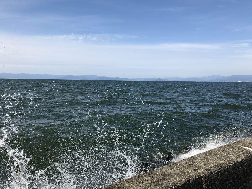 彦根港の波しぶき