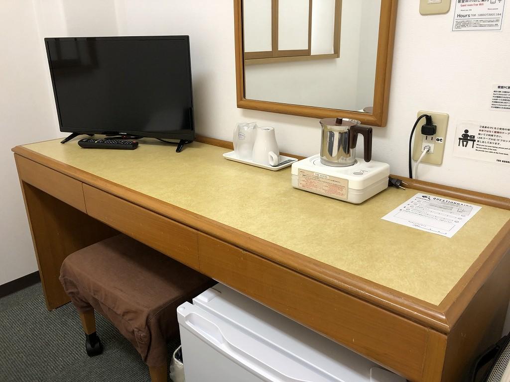 平塚のTHE HOURSの机